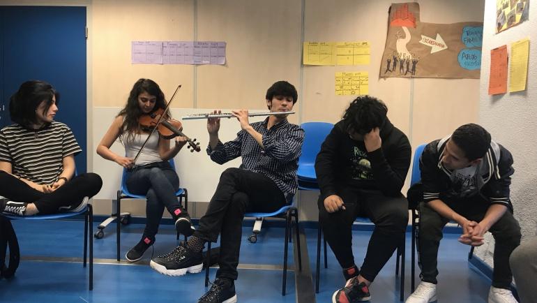 Jóvenes de San Blas participan en un taller de música