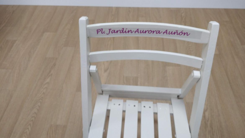 Sentarse en una silla con nombre de mujer